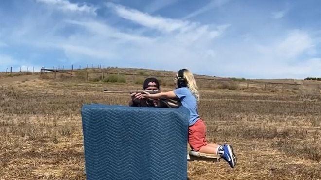 Le mari de Pink apprend à ses enfants de 3 et 9 ans à tirer… avec de vraies armes