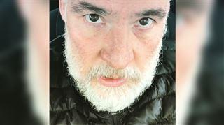 Bouli Lanners s'énerve dans la file d'un centre de dépistage Covid-19 saturé- Je DOIS me faire tester (vidéo)