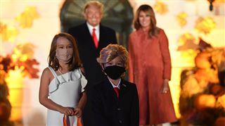 Un adorable mini-Trump vole la vedette au président américain lors du défilé d'Halloween