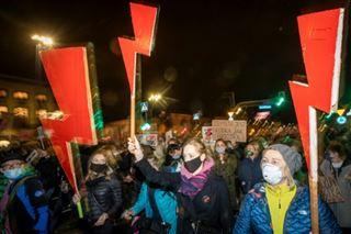 Pologne- des dizaines de milliers de personnes manifestent pour le droit à l'avortement