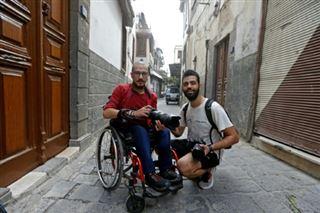 Une équipe- un duo de handicapés s'entraide dans une Syrie dévastée