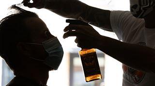 Vincent, un jeune coiffeur, avoue continuer à travailler malgré l'interdiction- J'ai besoin d'argent pour vivre