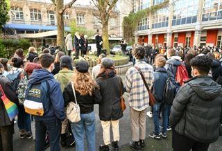 Emotion et appel à bouger les lignes après le suicide d'une lycéenne transgenre à Lille