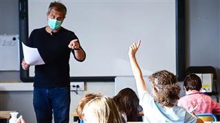 Coronavirus dans les écoles- du changement pour les enfants qui se sont assis à côté d'un élève contaminé