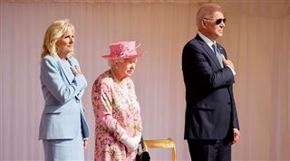 Les deux grosses BOURDES de Joe Biden face à la Reine Elizabeth II 5