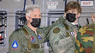 Le roi Philippe et le prince Gabriel à bord du nouvel avion de l'armée- des parachutistes sautent sous leurs yeux (photos)