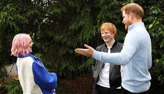 L'apparition surprise du prince Harry aux côtés du chanteur Ed Sheeran pour des enfants malades