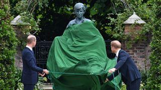 Harry et William ont dévoilé ensemble la statue de leur mère au palais de Kensington