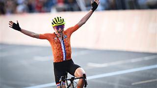 Elle célèbre une victoire mais termine deuxième- la BOULETTE de cette cycliste néerlandaise (photos)