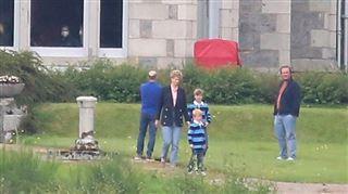 Les jeunes princes William et Harry dans The Crown- de premières images dévoilées (photos)