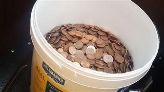 Un employé accepte d'être payé en liquide, il reçoit sa paie... dans un seau rempli de pièces de 5 centimes 8
