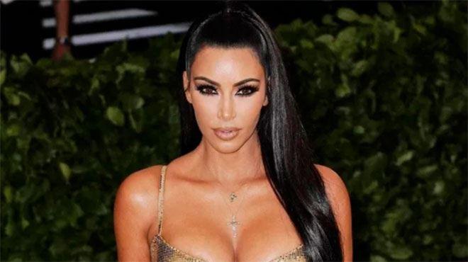 Kim Kardashian- un admirateur tente de s'introduire chez elle après lui avoir envoyé une bague de fiançailles et... une boîte de pilules contraceptives
