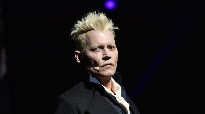 Johnny Depp fait une nouvelle apparition remarquée: blond platine et yeux bicolores, il prononce un discours bizarre