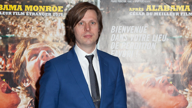 """Le réalisateur belge Felix Van Groeningen reçoit des mains de Brad Pitt le prix de la plus belle révélation pour son film """"Beautiful boy"""""""