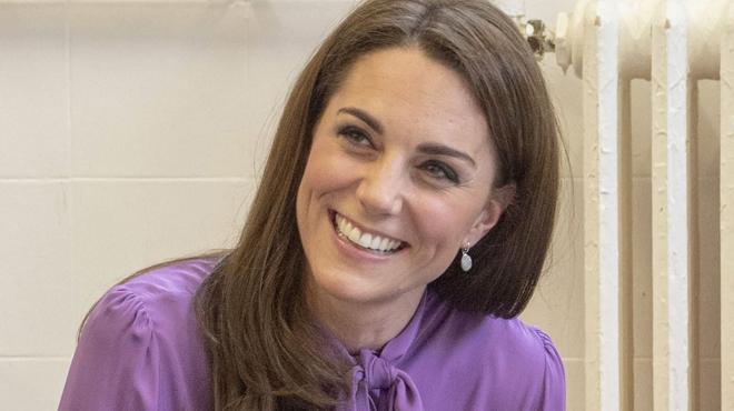 Oups ! Kate porte sa blouse à l'envers (photos)