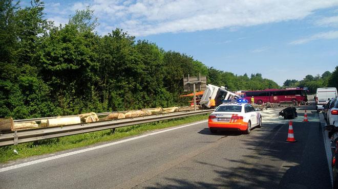 Un poids-lourd sur le flanc entrave la circulation à Custinne: l'autoroute E411 est FERMÉE vers Arlon (photos)