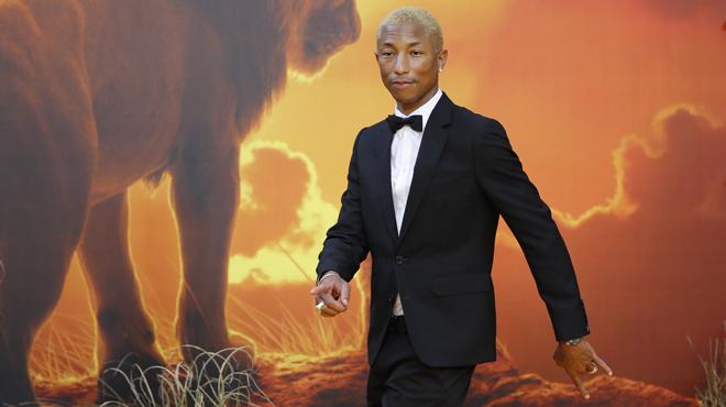 Pharrel Williams, en short, fait sensation à l'avant-première européenne du Roi Lion (photos)