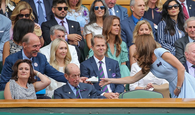 L'ancienne légende du tennis, Stan Smith, offre une paire de baskets à Kate Middleton pour le prince Louis
