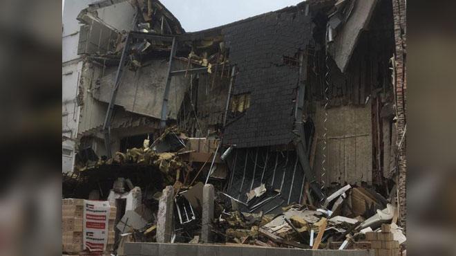 Effondrement d'un pan d'immeuble à Molenbeek: des risques subsistent, la rue reste fermée