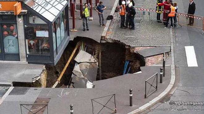 """France: un trou géant s'est brutalement formé à Amiens, il pourrait être dû à """"l'effondrement d'une cave médiévale"""""""