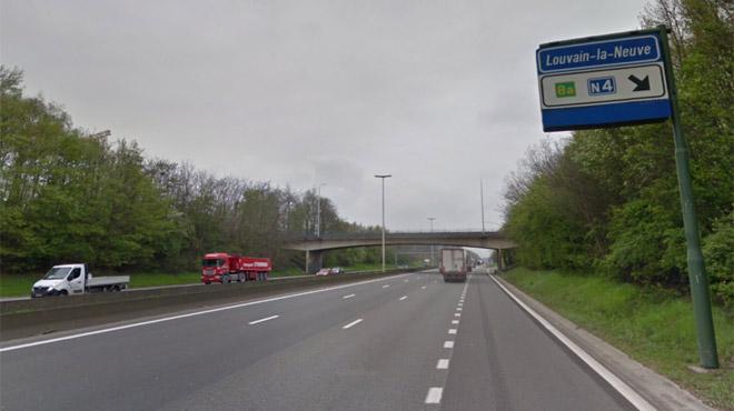 Un homme voulait sauter d'un pont sur la E411: la police ferme l'autoroute et parvient à l'en empêcher