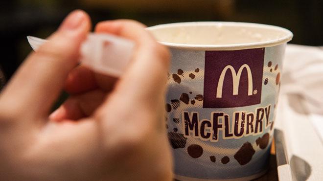 Un pot de crème glacé sans son couvercle: l'effort de McDonald's pour réduire l'usage du plastique
