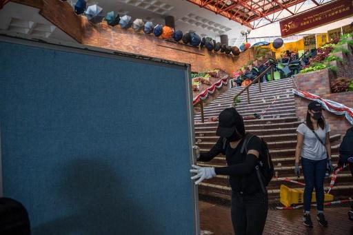Hong Kong reste paralysée, des flèches tirées sur la police