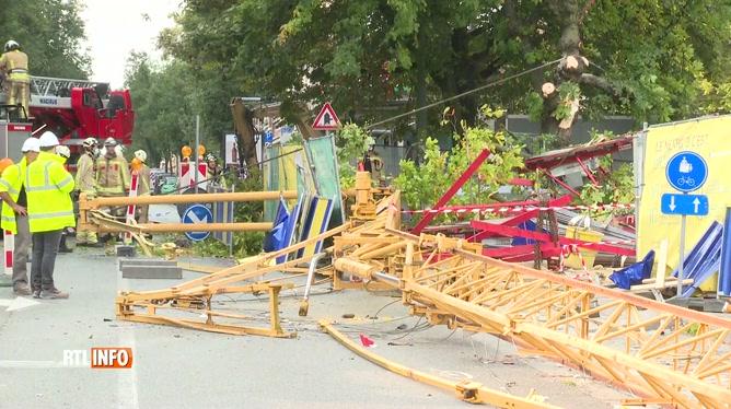 Une grue de chantier s'effondre en pleine rue à Forest: trois ouvriers sont blessés